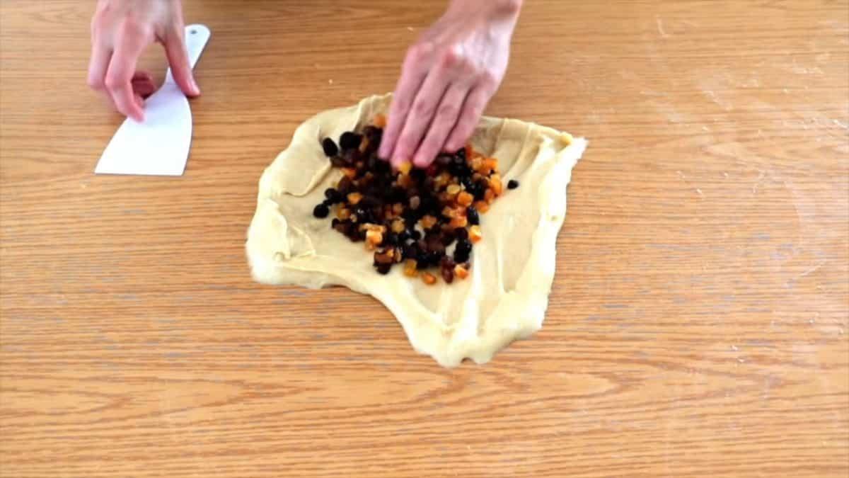 Mezclamos la masa del panettone con las frutas.