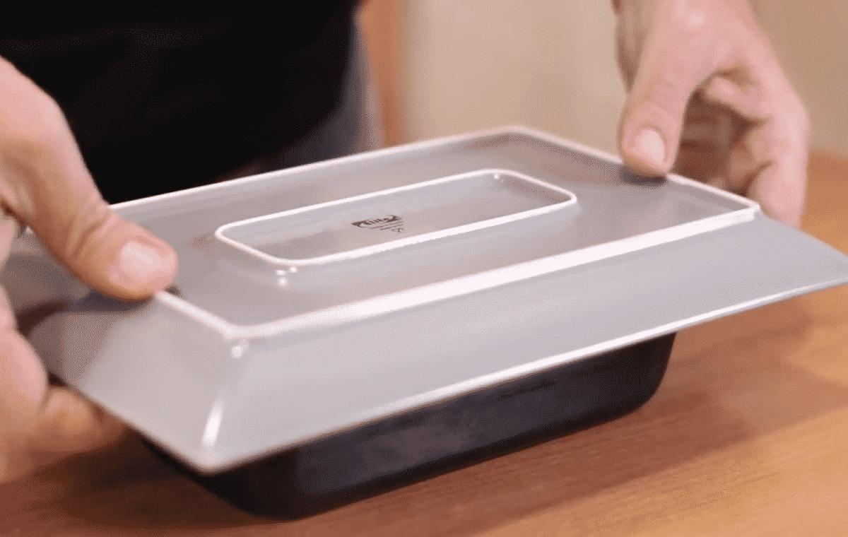 Con un plato rectangular volteamos el molde. El movimiento tiene que ser un movimiento en seco y rápido.